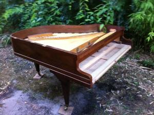 Ambiance trop chaude dans l'atelier : les pianos s'évadent un peu....